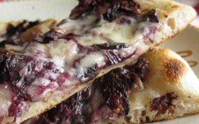 Pizza casareccia con provola affumicata e funghi